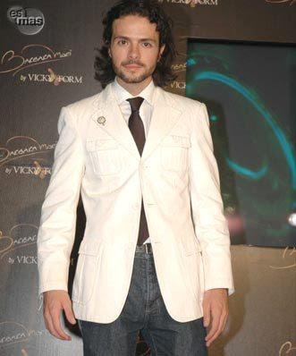 José María Torre con cabello largo