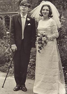 Stephen Hawking junto a su esposa