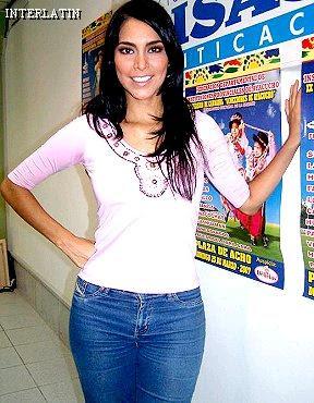 Claudia Hernández posando para las cámaras