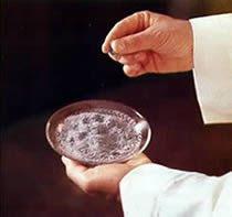 Manos de un sacerdote cogiendo la ceniza