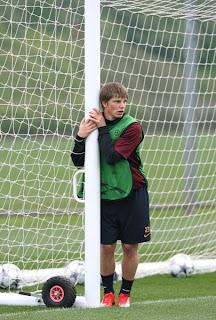http://2.bp.blogspot.com/_Ruz-25PxbDA/Sg_aXeR70hI/AAAAAAAADIE/MBjJ9MbY1Qc/s320/arshavin+relaxed+training+leaning+goalpost.bmp