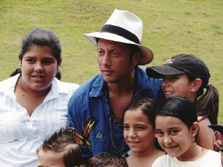 Rob Schneider pleased some of the locals and posed for a few pictures with them. (Photo by La Nacion / Carlos Hernandez)