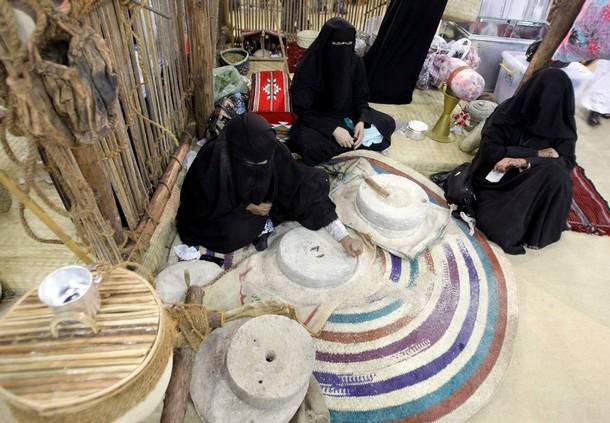[Emirati+women+servingfood]
