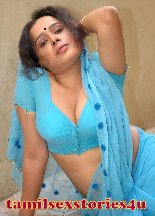Hot Desi Aunty Cleavage Show