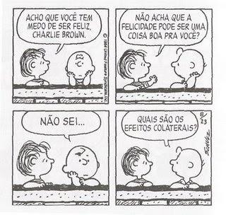 """Tirinha de Schulz. Linus: """"Acho que você tem medo de ser feliz, Charlie Brown. Não acha que a felicidade pode ser uma coisa boa para você?"""". Charlie Brown: Não sei... quais são os efeitos colaterais?"""""""