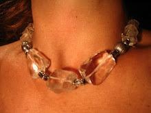 Collar cristal de roca tallado y perlas grices cierre de plata.