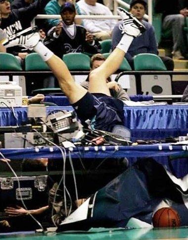 http://2.bp.blogspot.com/_S7eaHixdRvs/S9Gu9TuB9KI/AAAAAAAACoM/MflRfbN72Zo/s640/basketball_accident-12415.jpg