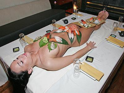 Девушка- подставка под суши, суши роллы, упаковка, наборы