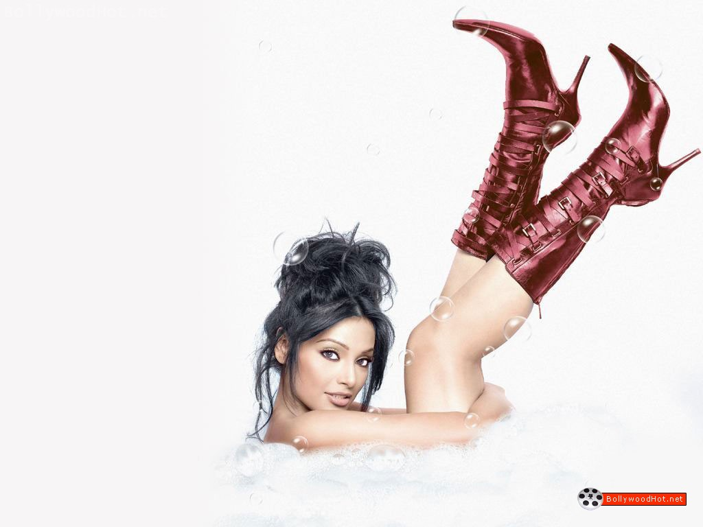 [bipasha-basu-bollywood-hot-actress-sexy-girl5.jpg]