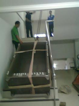 Pindahan brandkas naik lantai 2 via tangga di kampus STAN Bintaro sektor 5 Tanggerang