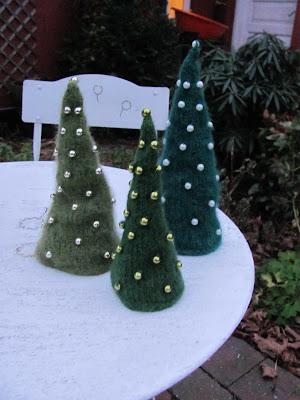 Juletræer med pynt
