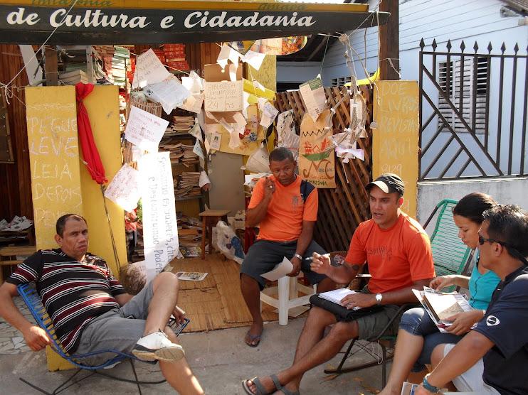 Universitários amapaenses pesquisando sobre a BArca das Letras