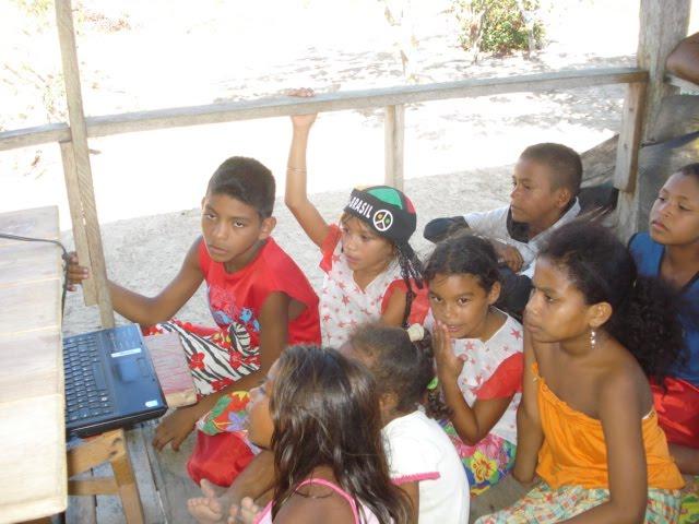Crianças ribeirinhs atentas á aula de marabaixo e carimbó