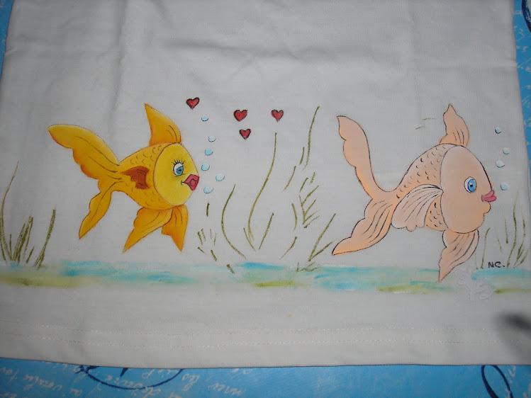 T-shirt com peixes apaixonados
