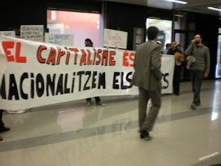 Acció a l'interior d'una oficina bancària a Vilafranca. Foto: EI Penedès
