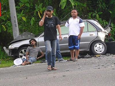 kenari mereka berlanggaran kemudian kereta wira terbabas ke tepi