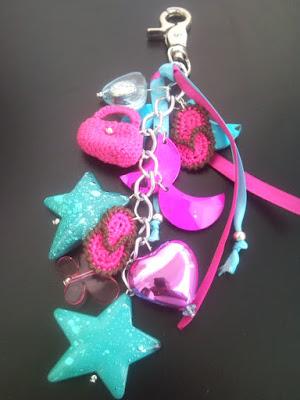 llaveros multicolor con miniaturas tejidas a crochet.by galleta