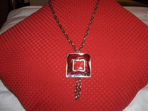 Colar em corrente bronze com medalhão vermelho e bronze