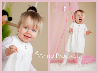 Tüdruk valge kleidiga fotostuudios pildistamas taustal roosa bldahhiin