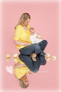 Beebitüdruk emaga, roosa tausta ja peegeldava pinnaga. Fotostuudio  Fotopesa Tallinnas