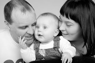 Lõbus mustvalge perepilt. Fotostuudio  Fotopesa Tallinnas