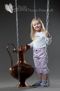 Tüdruk kannu ja kettidega fotosalongis