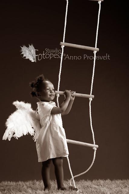 Fotostuudio  Fotopesa Tallinnas tüdruk inglitiibadega, sepia