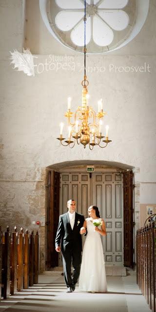 kiriklik laulatus- pruutpaar siseneb kirikusse