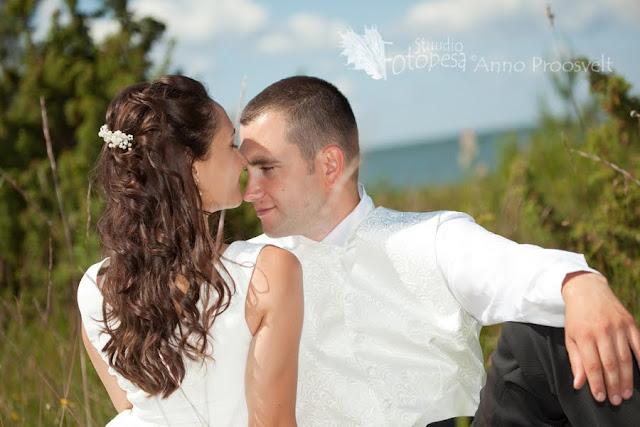 pulmafoto- pruutpaar kadakate vahel