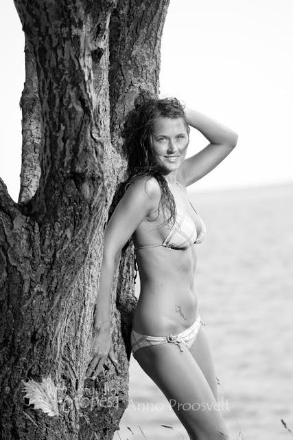 naine rannas puu najal