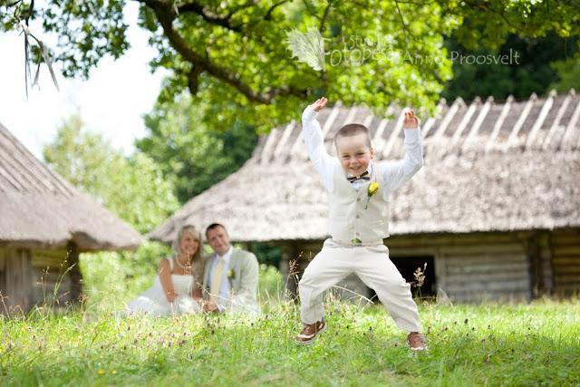 pulmafoto, laps hüppab rõõmust