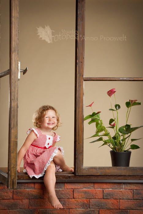 tüdruk aknal, fotostuuido Fotopesa