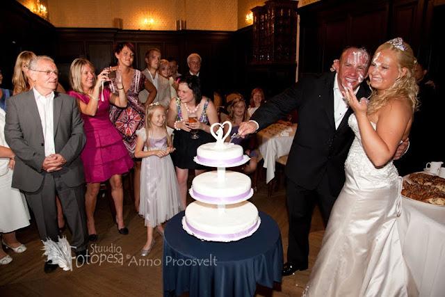 pruut ja peigmees tordiga
