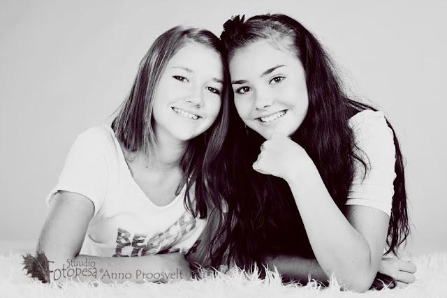 tüdrukud fotostuuidos, mustvalge foto