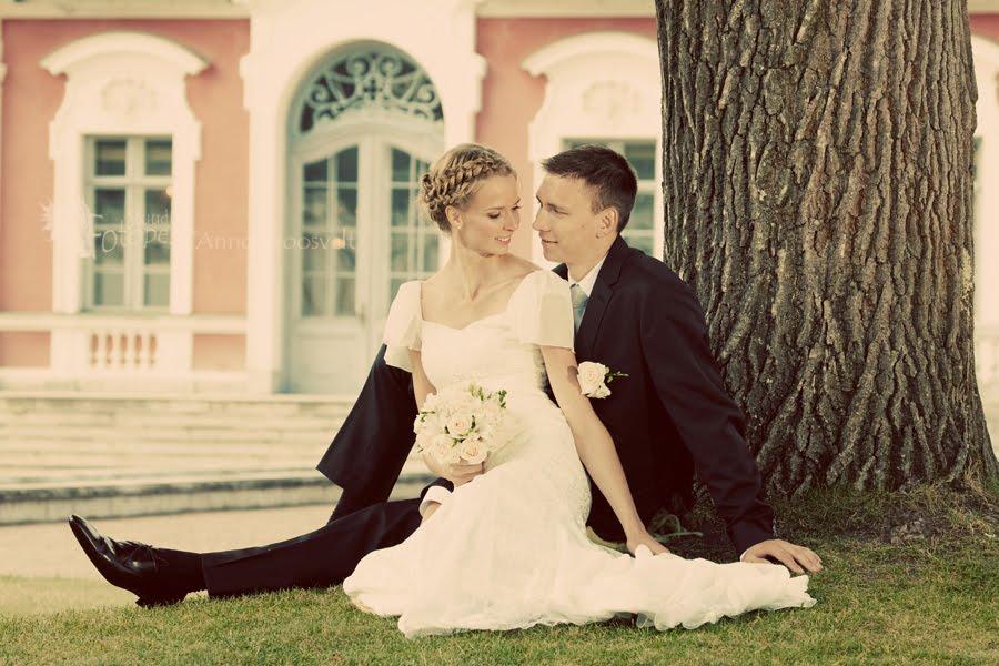 pulmafoto, pruutpaar istub