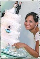 Renata Góes aponta para boneco de biscuit da Gata Lili, que enfeitou seu bolo de casamento