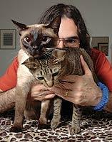 Cantor Lobão exibe seu casal de gatos, Lampião e Maria Bonita