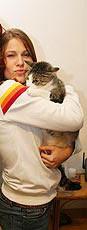 Atriz Mariana Hein abraça sua gata Nina