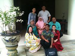 Bergambar kenangan bersama YM Tunku Bakar dan YM Gusti Puteri di kediaman baginda di Istana Pelangi