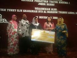 Pengerusi KESUMA-i En. Mohd Razif Hj. Adnan, Pn. Zai dan YAM Tengku Shahriah menyampaikan Mog Cek