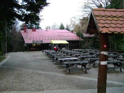 Dvorište ispred Puntijarke sa stolovima