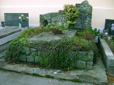 Spomenik Albinu Leusteku u dvorištu crkve Sv. Mirka u Šestinama