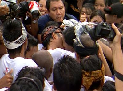 Budaya Ciuman Massal di Bali