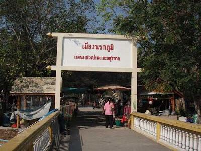 Jalan-jalan di Taman Mengerikan di Thailand