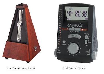 Dos metrónomos, uno digital y otro mecánico de péndulo.