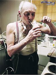 Velho  Viciado em Cigarro e Bebidas..