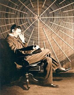 Tesla frente a la bobina de su transformador de alta frecuencia en East Houston Street, Nueva York.