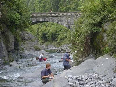 Los investigadores recogen muestras de roca en el sur de China
