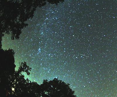 Meteorito perteneciente a las perseidas cayendo a la derecha de la vía láctea