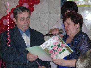 Родители жениха поздравляют молодоженов